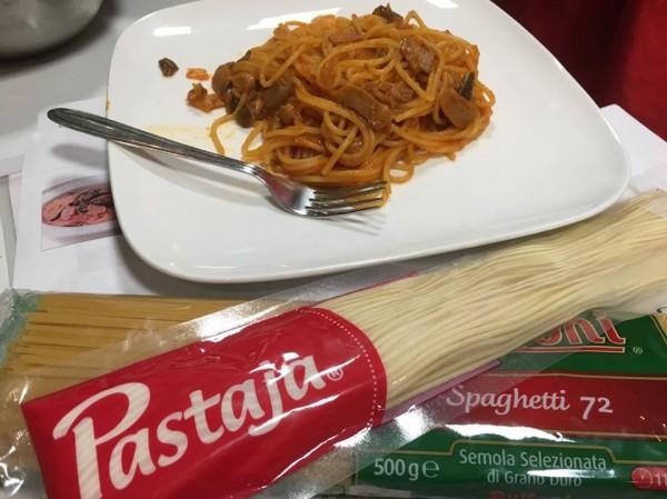 ⑩話題のパスタ「Pastaja」を使ってナポリタン調理